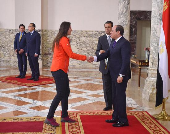 الرئيس عبد الفتاح السيسي مع المنتخب الأوليمبى (7)
