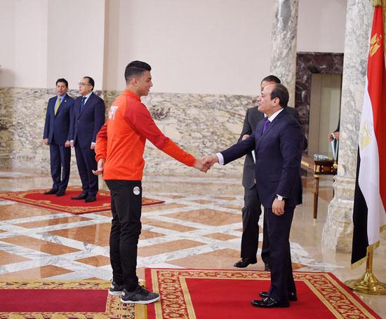 الرئيس عبد الفتاح السيسي مع المنتخب الأوليمبى (1)