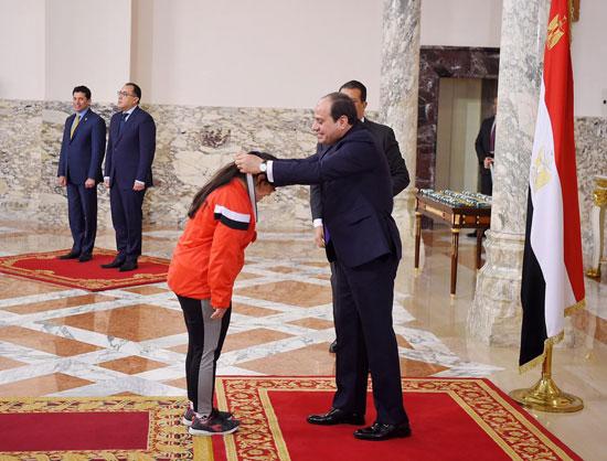 الرئيس عبد الفتاح السيسي مع المنتخب الأوليمبى (13)