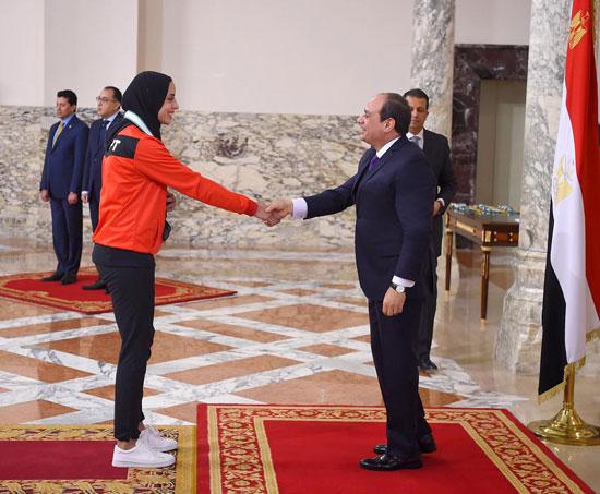 الرئيس عبد الفتاح السيسي مع المنتخب الأوليمبى (11)