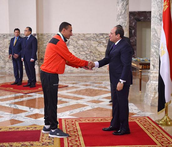 الرئيس عبد الفتاح السيسي مع المنتخب الأوليمبى (6)