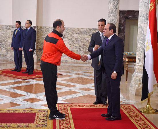 الرئيس عبد الفتاح السيسي مع المنتخب الأوليمبى (2)