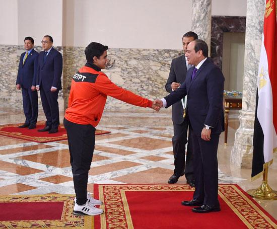 الرئيس عبد الفتاح السيسي مع المنتخب الأوليمبى (3)