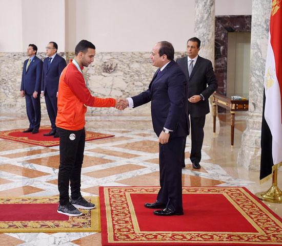 الرئيس عبد الفتاح السيسي مع المنتخب الأوليمبى (14)
