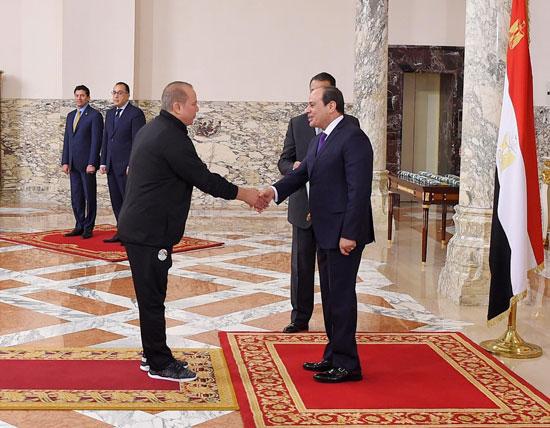 الرئيس عبد الفتاح السيسي مع المنتخب الأوليمبى (5)
