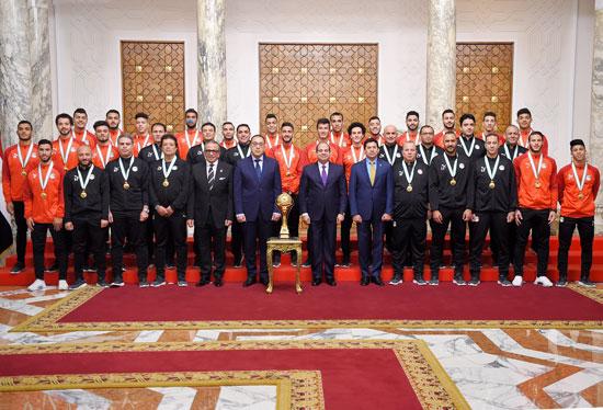 الرئيس عبد الفتاح السيسي مع المنتخب الأوليمبى (15)