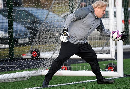 يحاول رئيس الوزراء البريطاني إنقاذ أحد الأهداف خلال مباراة