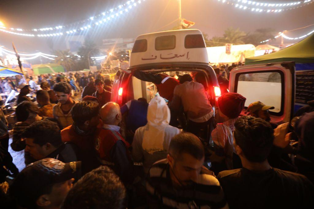 الإسعاف تنقل مصابين فى العراق