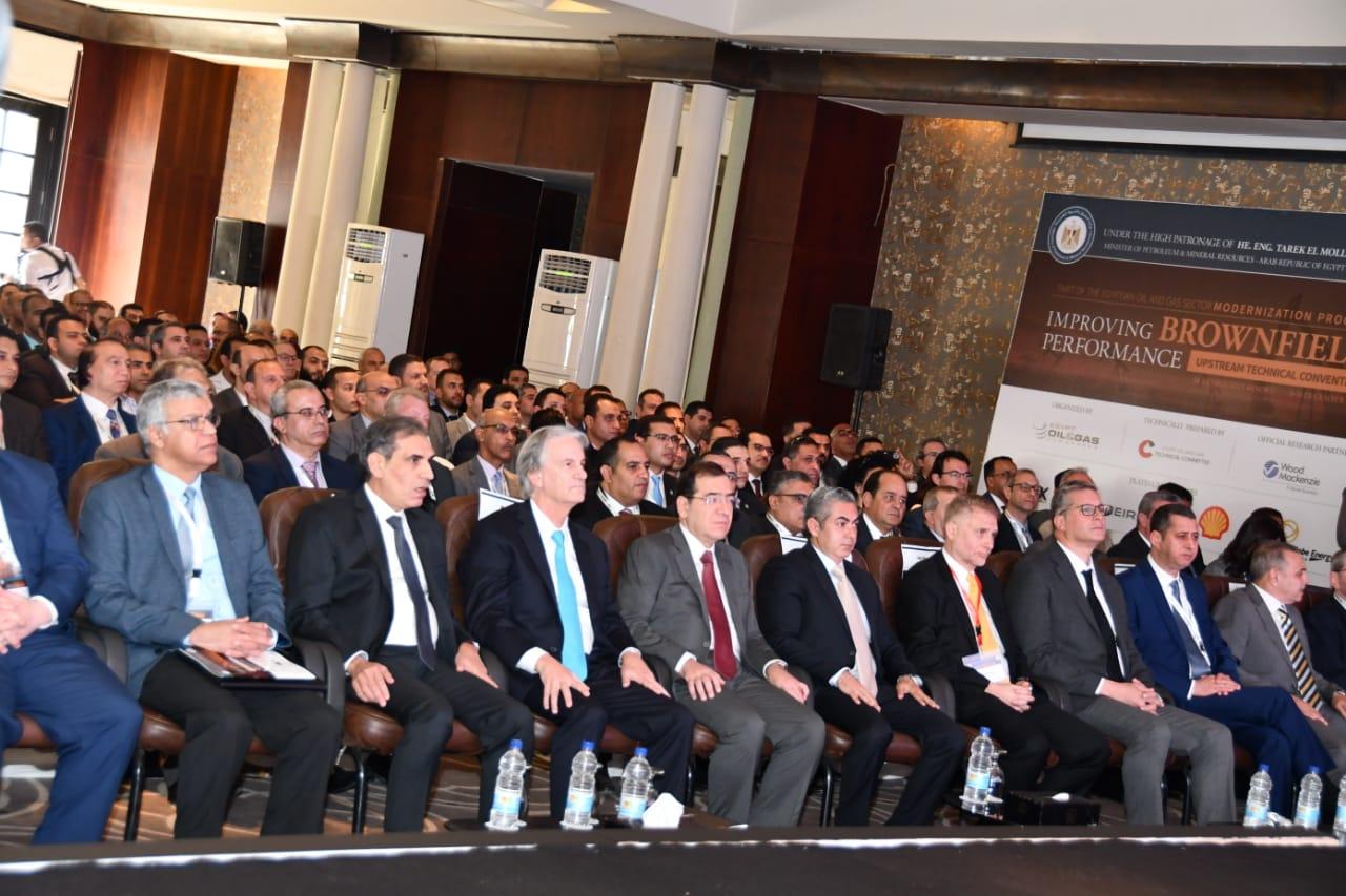 المهندس طارق الملا وزير البترول والثروة المعدنية يتوسط المشاركين
