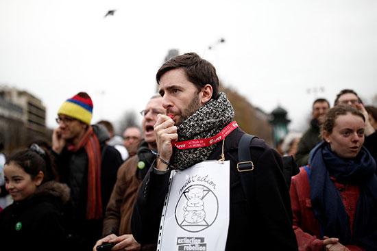 متظاهرون ضد تغير المناخ فى باريس