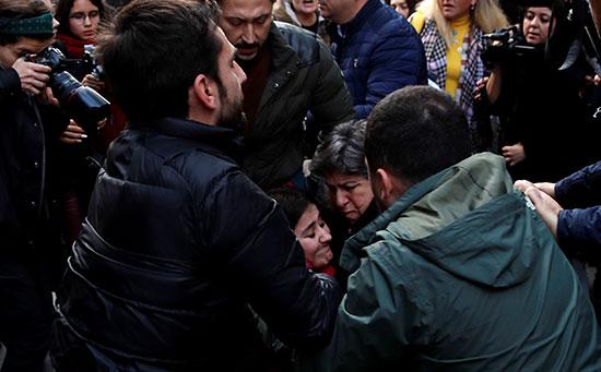 الأمن يلقى القبض على متظاهرة