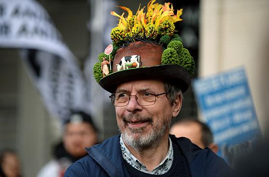 احد المشاركين فى مظاهرة بروكسل