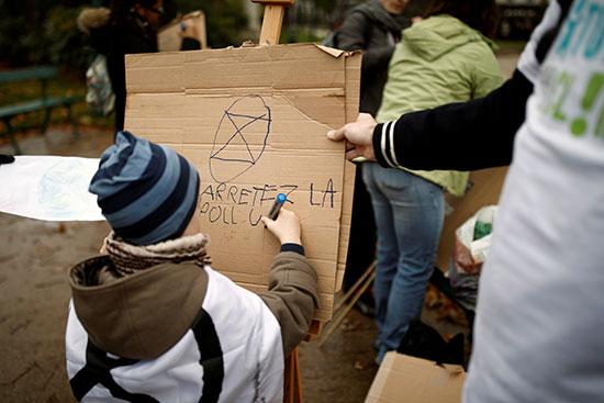 كتابة اللافتات فى مظاهرة باريس