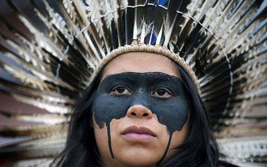 السكان الأصليون والناشطون يحتجون فى مقر ريبسول حيث تعقد قمة المناخ COP25