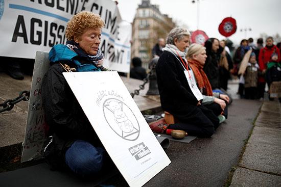 متظاهرات فى باريس ضد تغير المناخ