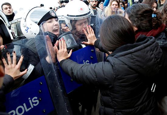 متظاهرات فى مواجهة الأمن