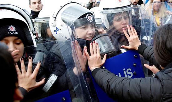 تشابك بين الامن والمتظاهرات