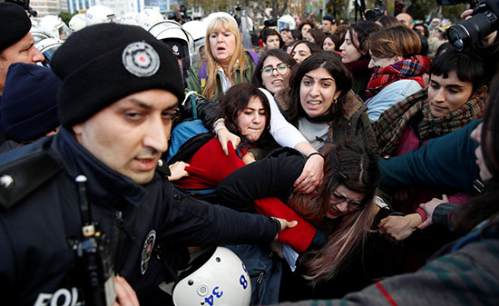 قوات الأمن تدخل لفض المظاهرة