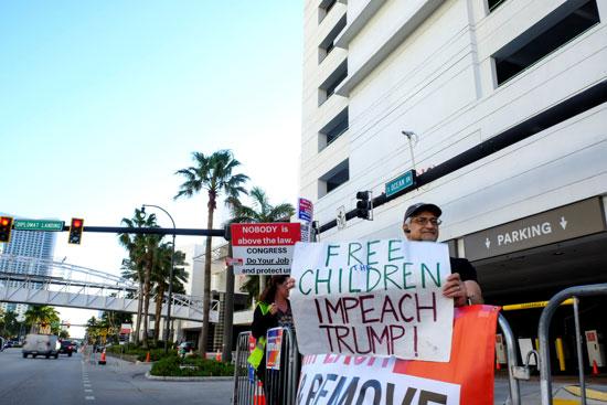 لافتات تطالب بإقالة ترامب
