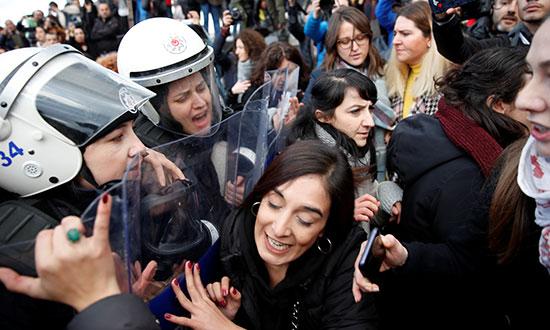 قوات الأمن تسعى لفض المظاهرة