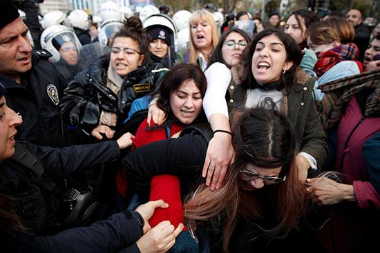 المتظاهرات يرفضن تدخلات الأمن