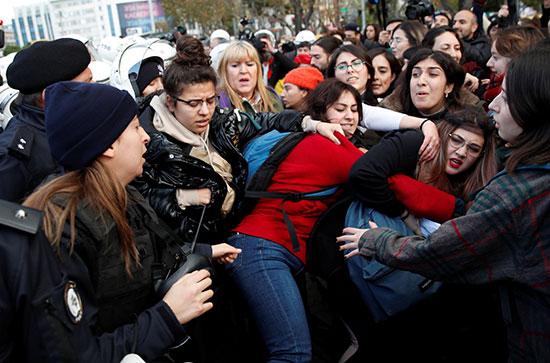 اشتباكات بين الامن والمتظاهرات
