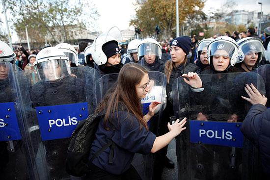 قوات الأمن خلال محاولة فض المظاهرة