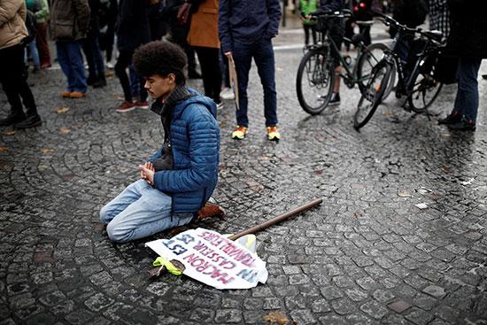متظاهر فى باريس
