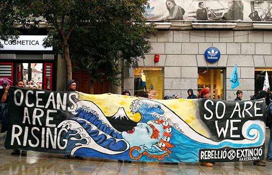مظاهرة احتجاجا على تمرد الانقراض ضد تغير المناخ فى مدريد