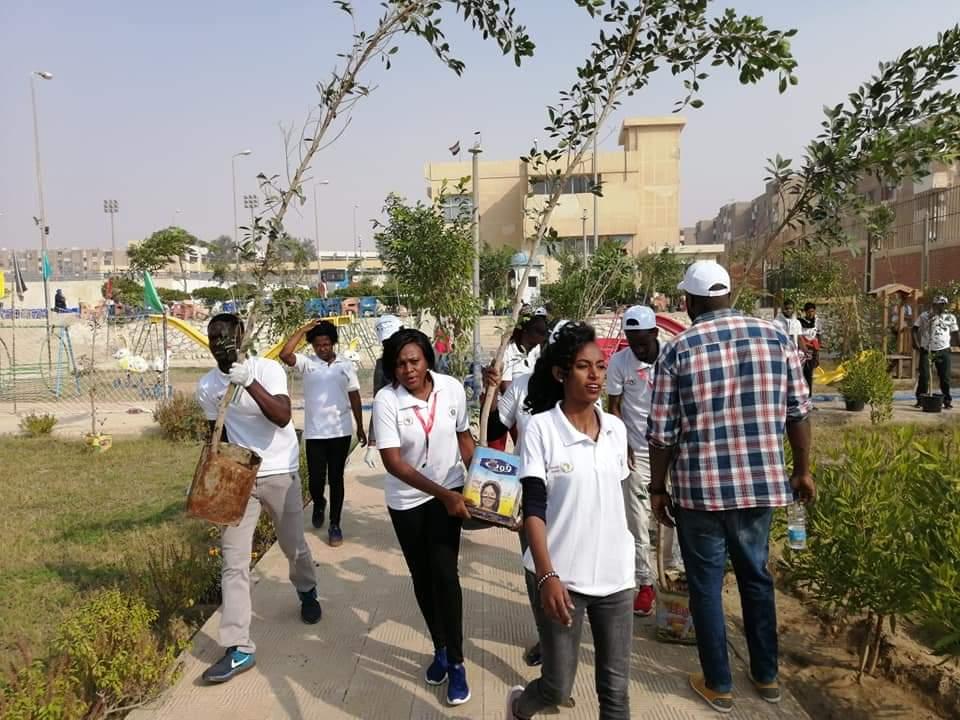 متطوعو الاتحاد الافريقى يزرعون 100 شجرة بمنتدى 15 مايو (24)