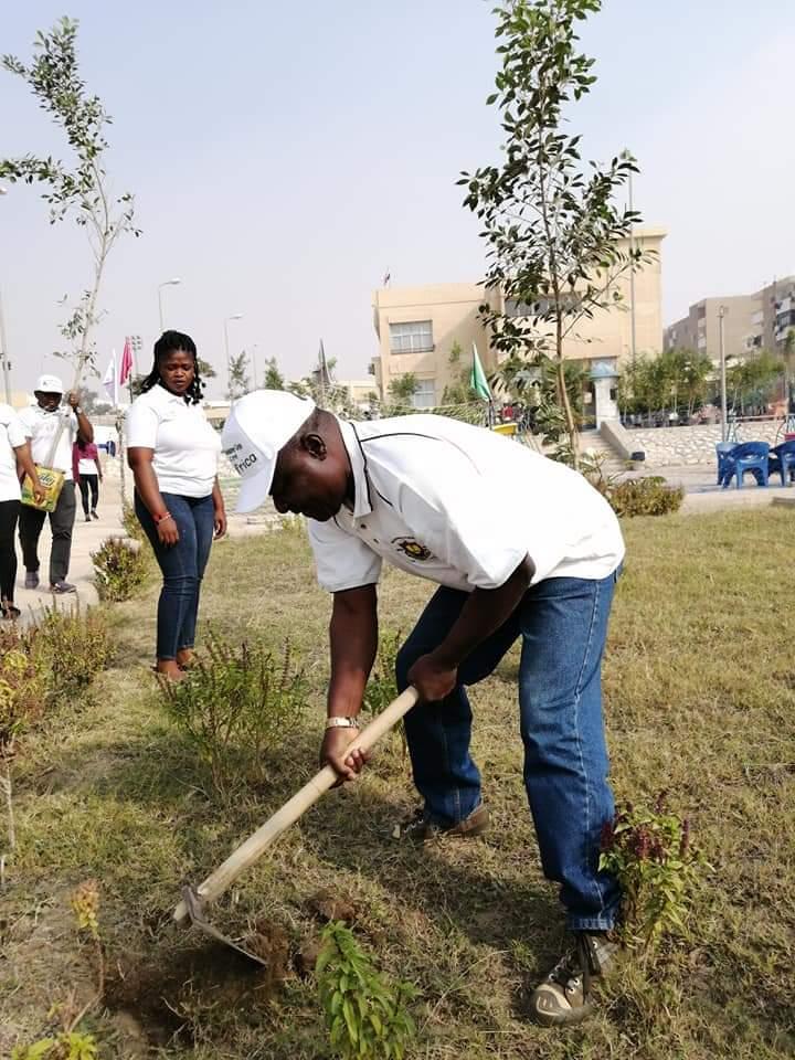 متطوعو الاتحاد الافريقى يزرعون 100 شجرة بمنتدى 15 مايو (18)