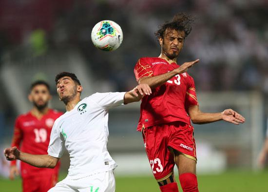 صراع على الكرة بين البحرين ضد السعودية