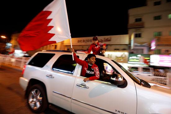 أطفال يرفعون علم بلادهم احتفالا بالفوز