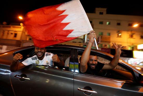 شباب بحرينى يحتفل