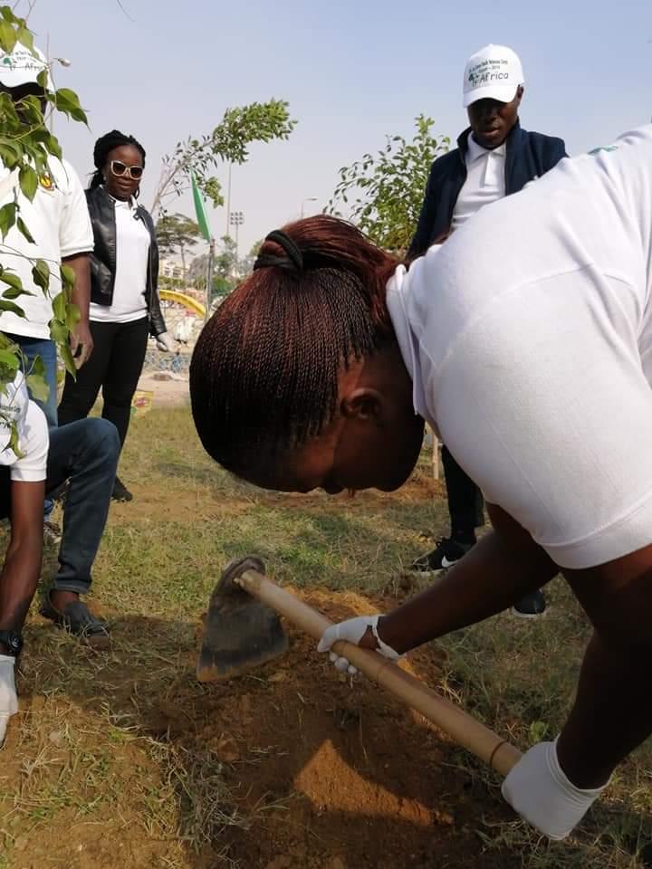 متطوعو الاتحاد الافريقى يزرعون 100 شجرة بمنتدى 15 مايو (10)