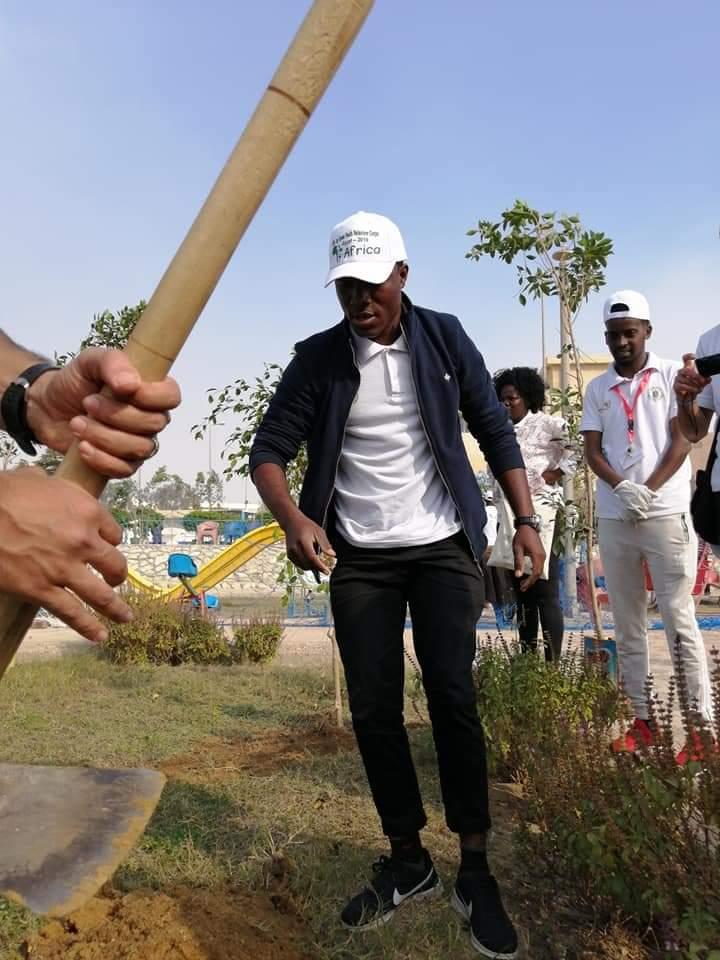 متطوعو الاتحاد الافريقى يزرعون 100 شجرة بمنتدى 15 مايو (29)