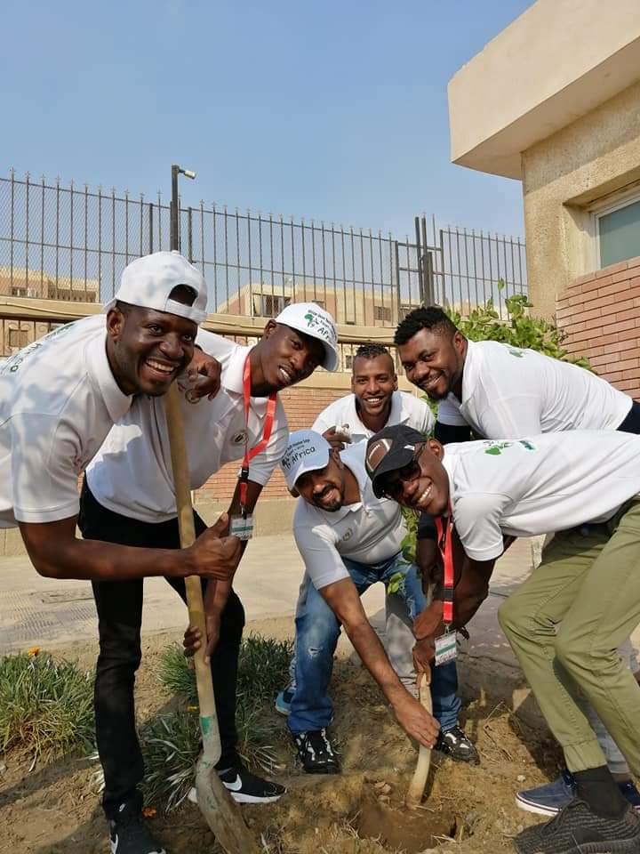 متطوعو الاتحاد الافريقى يزرعون 100 شجرة بمنتدى 15 مايو (11)