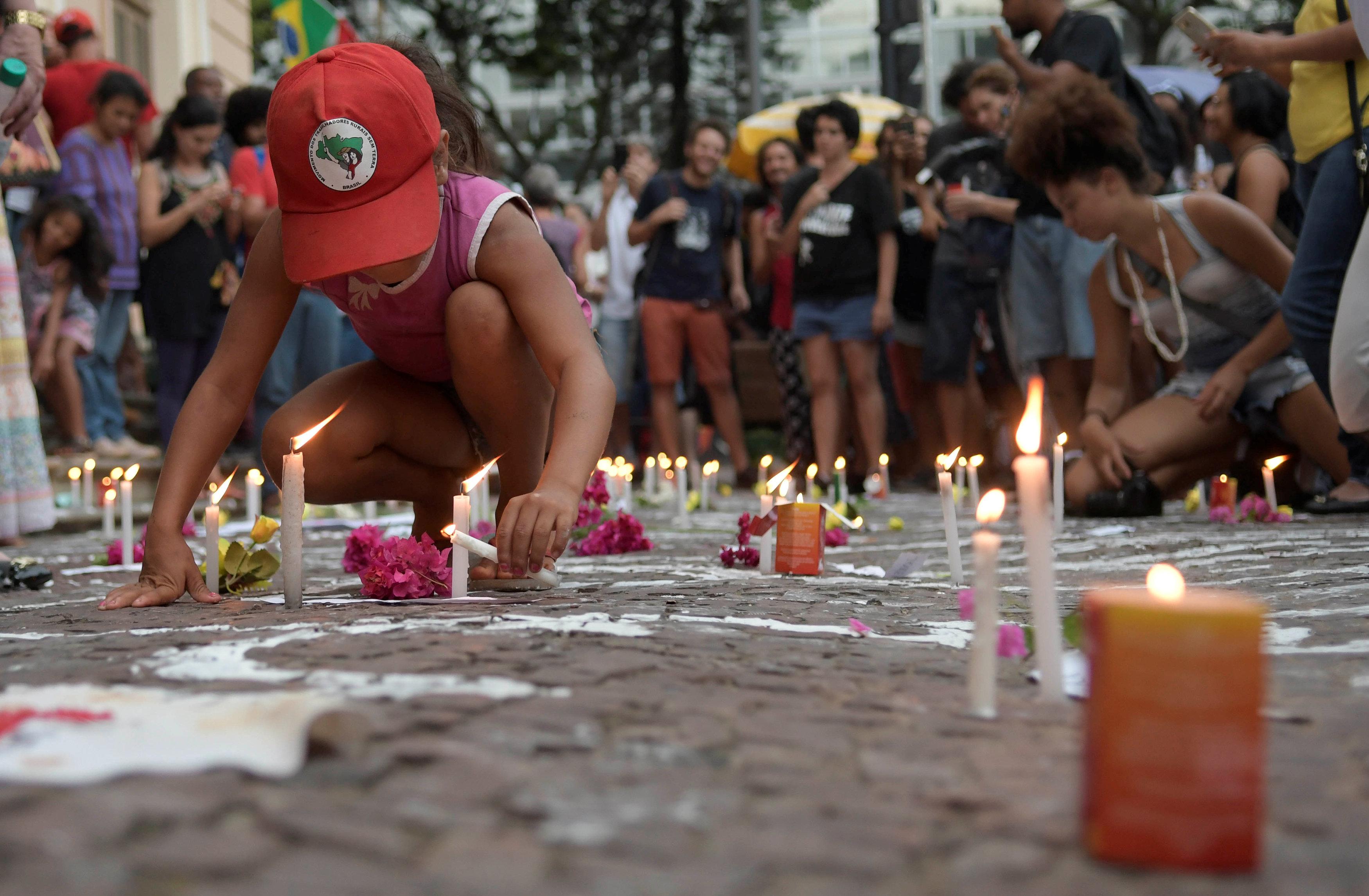 طفل يشارك فى تكريم ضحايا السد بوضع الشموع