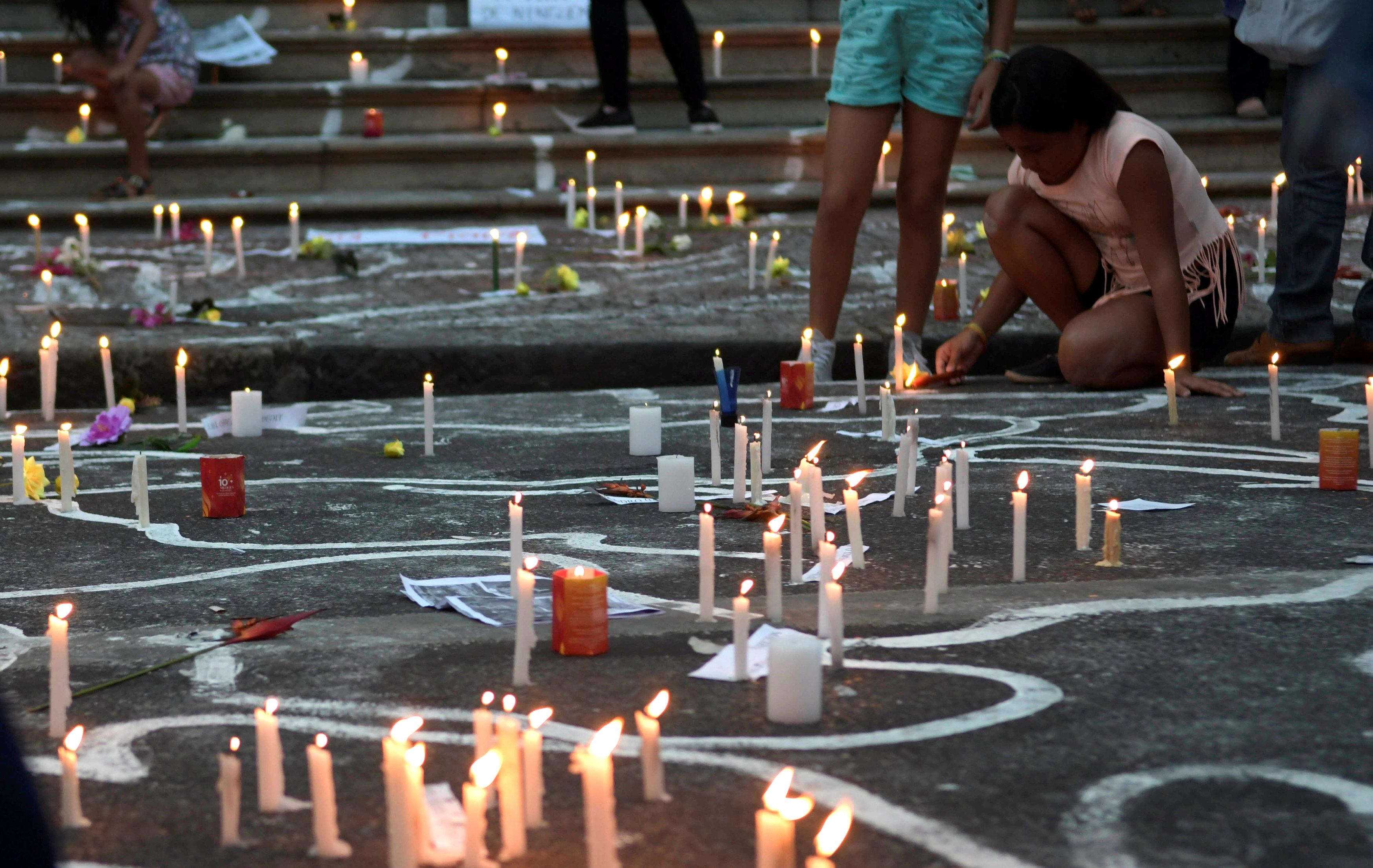 برازيليون يوقدون الشموع لتأبين الضحايا