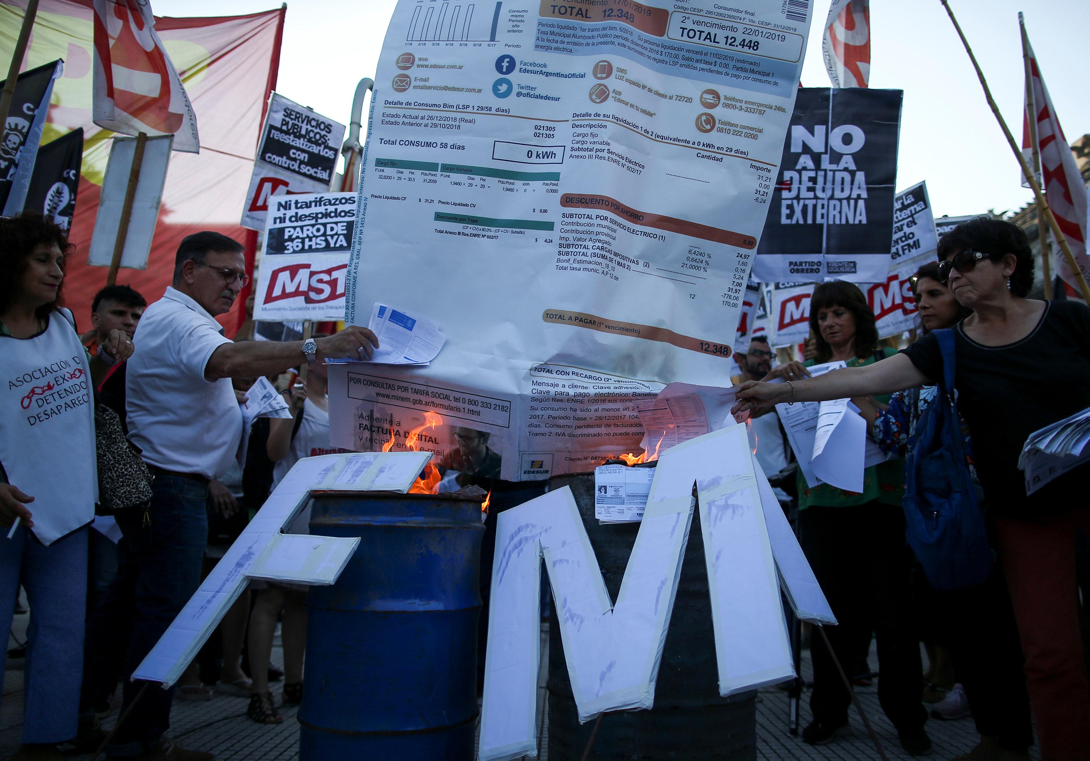 المتظاهرون يحرقون الفواتير أمام البرلمان الأرجنتينى