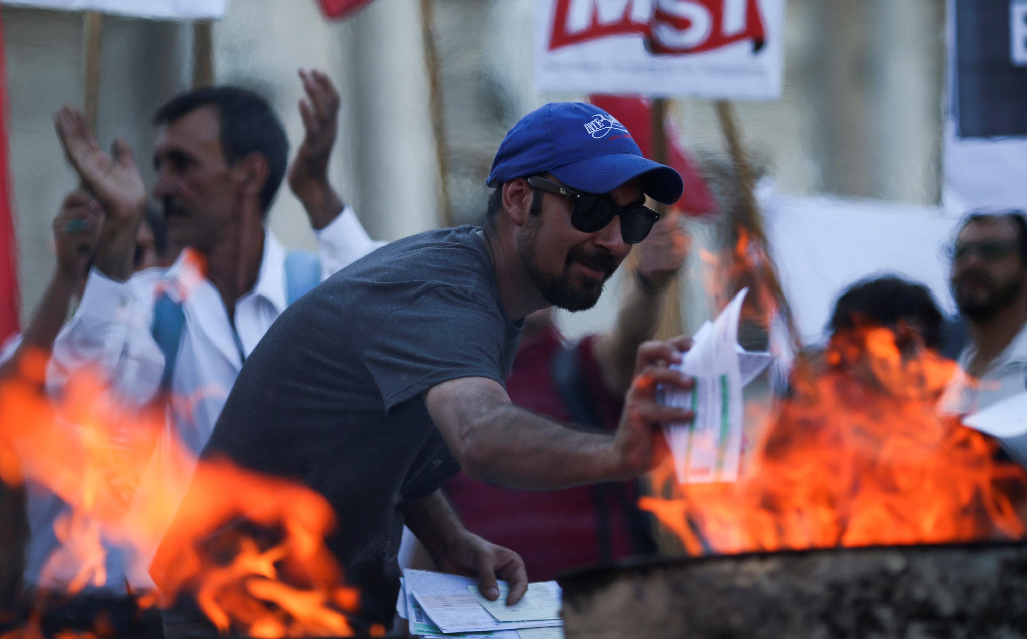 حرق الفواتير أمام مقر البرلمان فى بيونيس آيرس