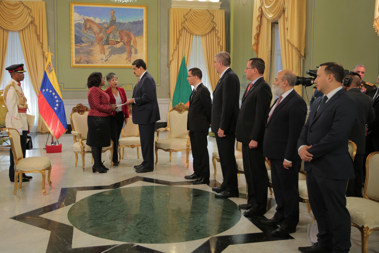 نيكولاس مادورو يلتقى السفيرة الزامبية لدى كاراكاس