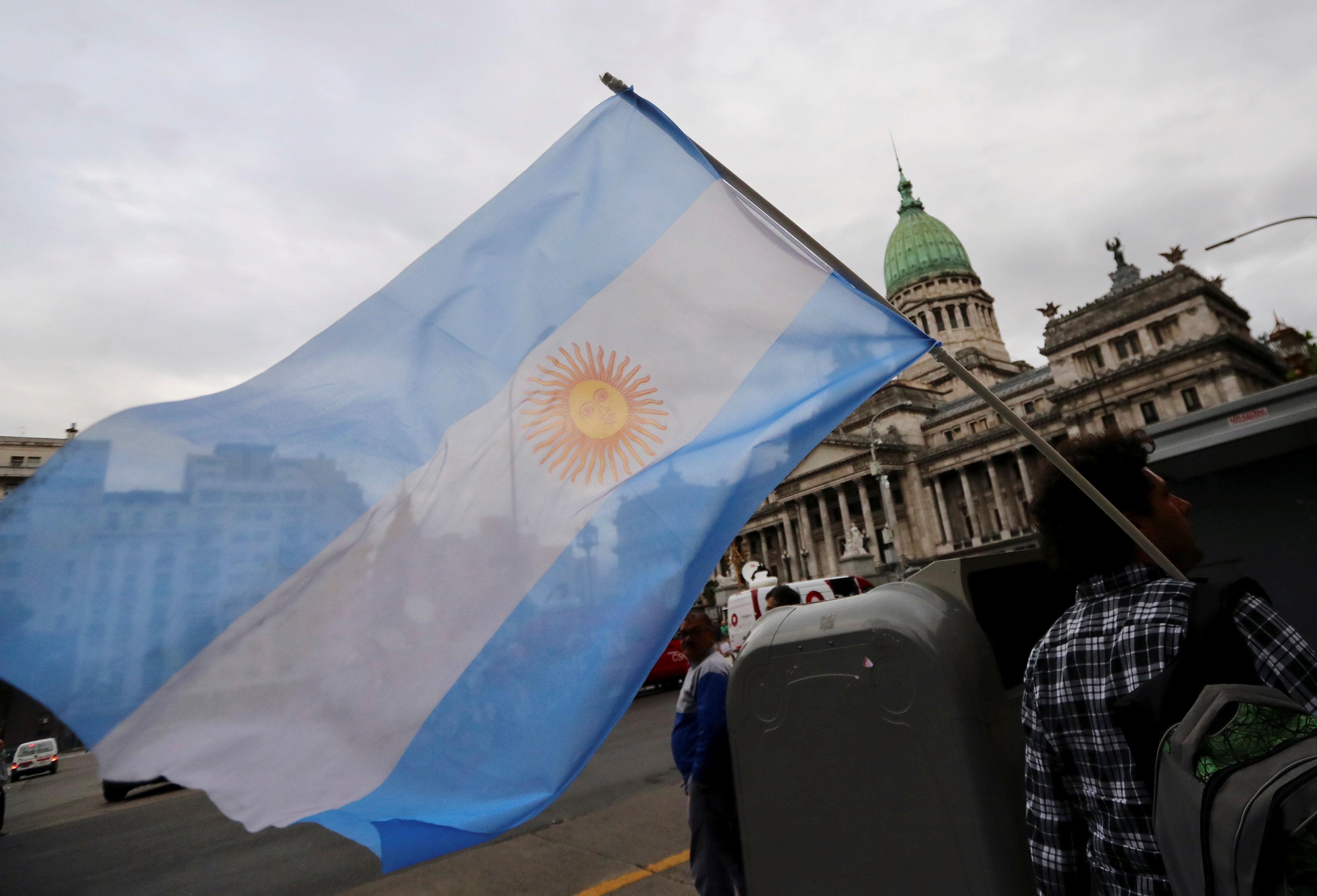 متظاهر يحمل علم الأرجنتين