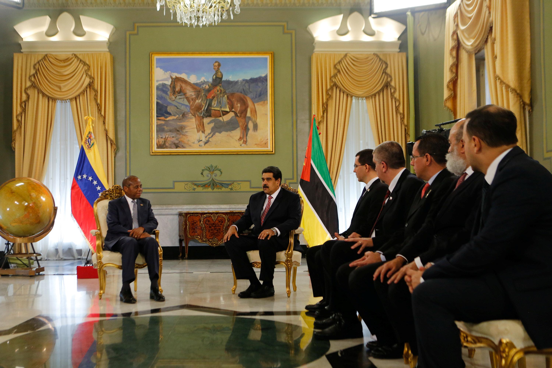 الرئيس الفنزويلى يستقبل السفير الموزمبيقى