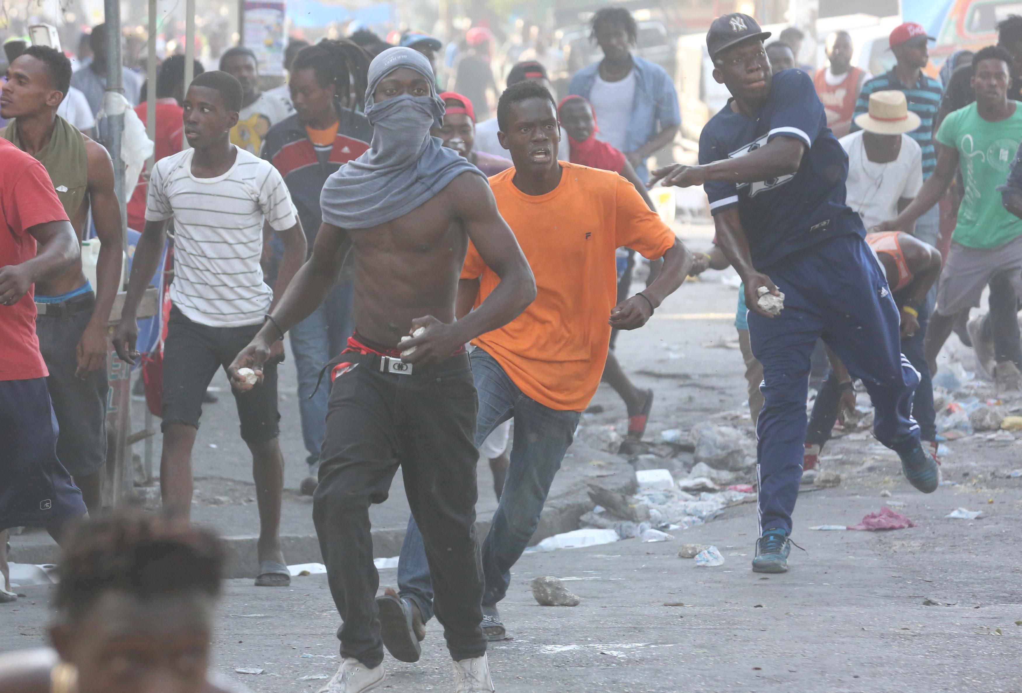 شوارع هايتى تتحول لساحة حرب خلال مظاهرات عنيفة  (8)