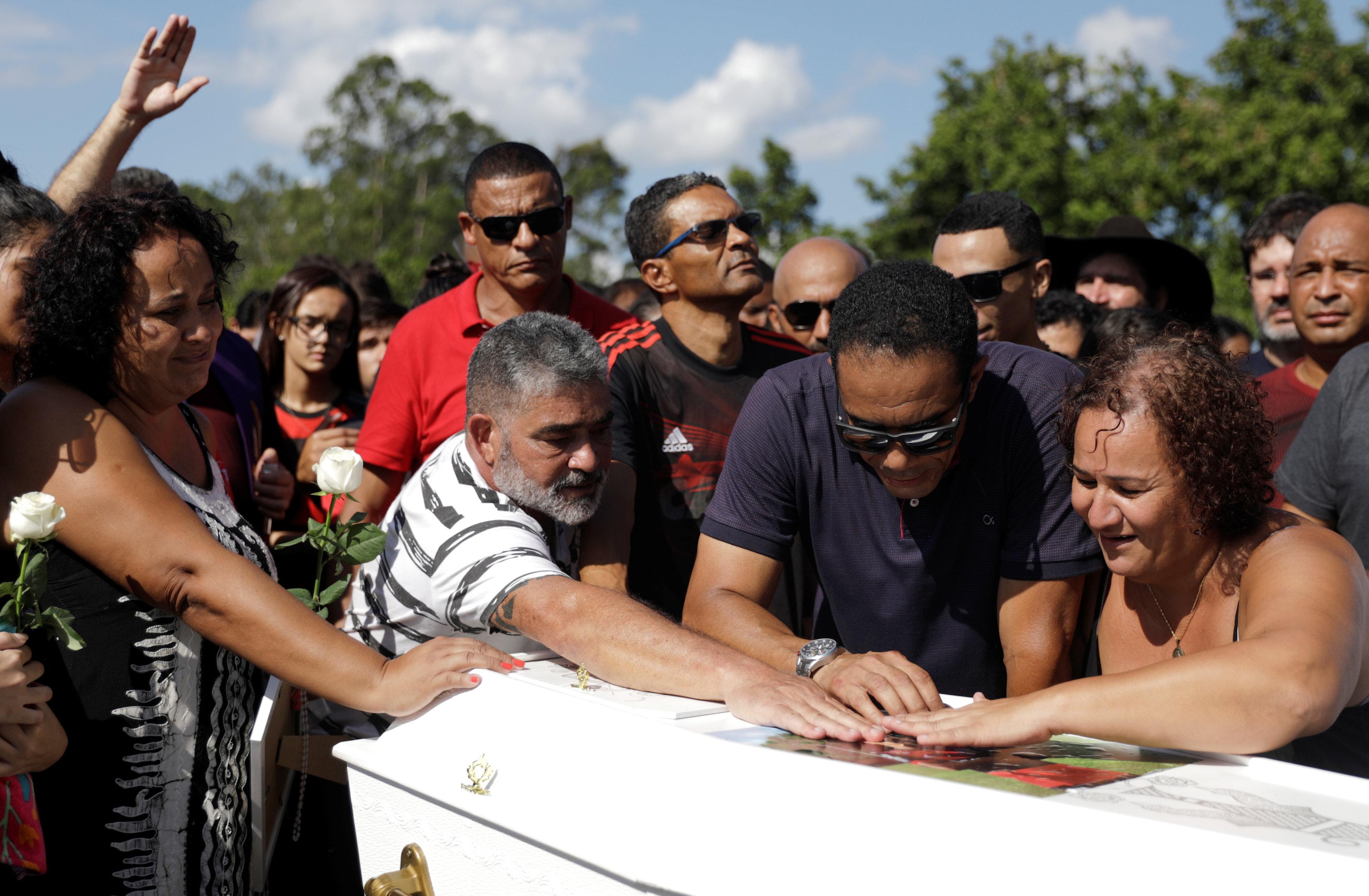 تشييع جثامين قتلى حريق مركز تدريب نادى فلامنجو البرازيلى (8)