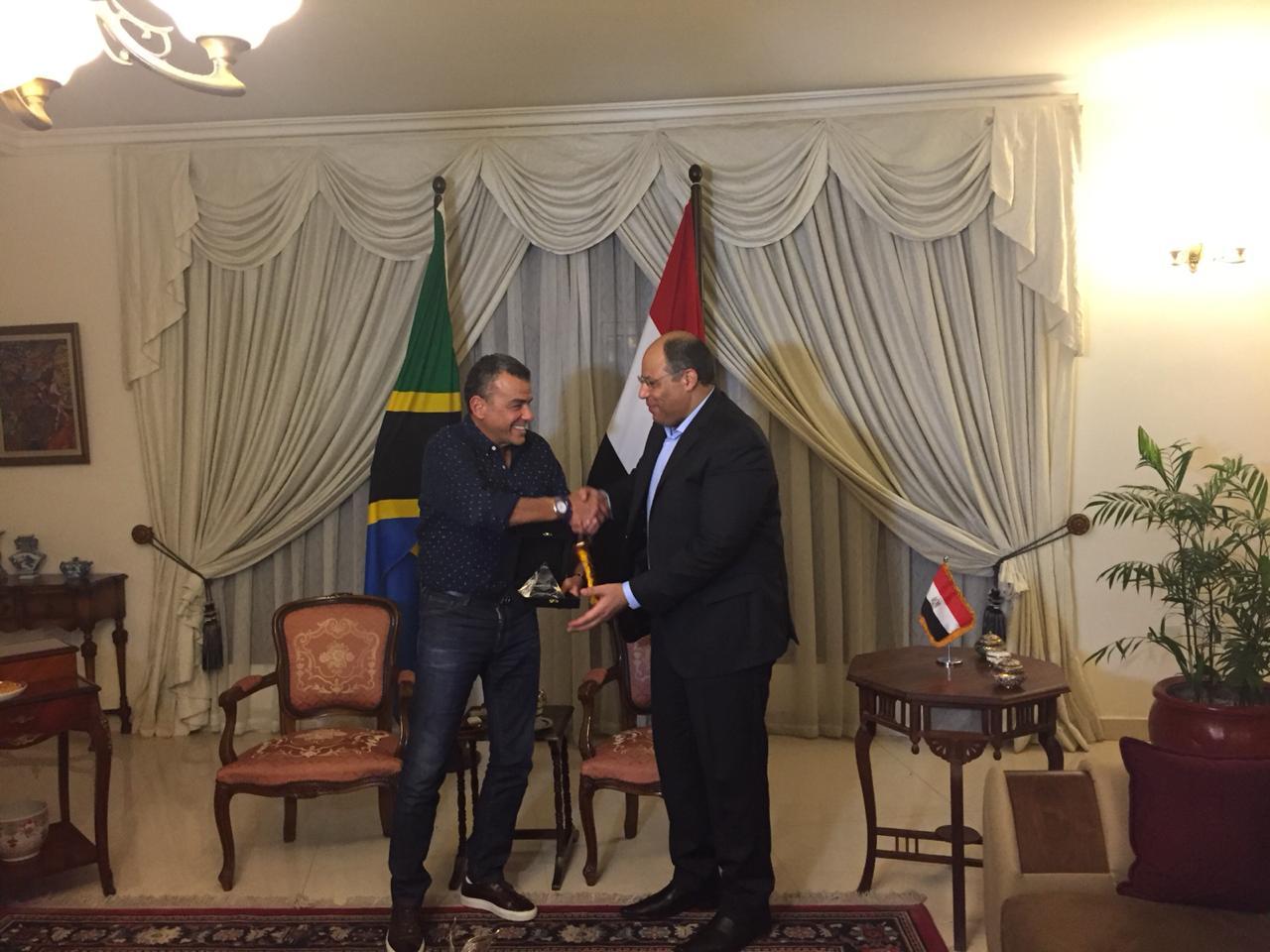 خالد مرتجى مع سفير مصر بتنزانيا (10)