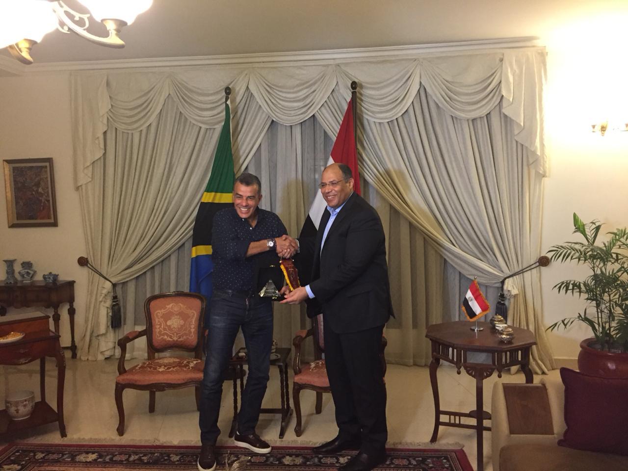 خالد مرتجى مع سفير مصر بتنزانيا (5)