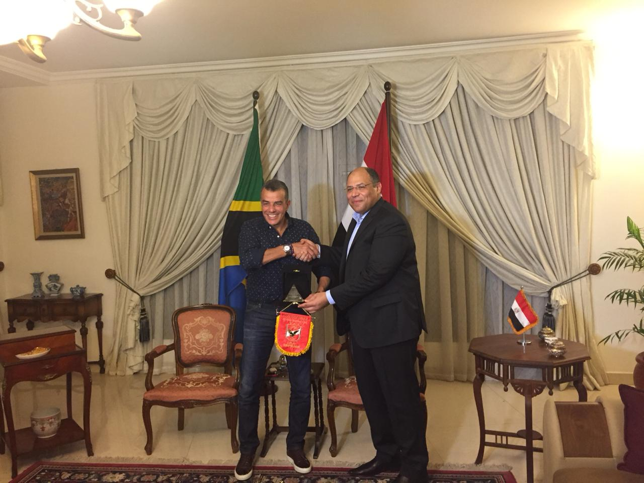 خالد مرتجى مع سفير مصر بتنزانيا (2)