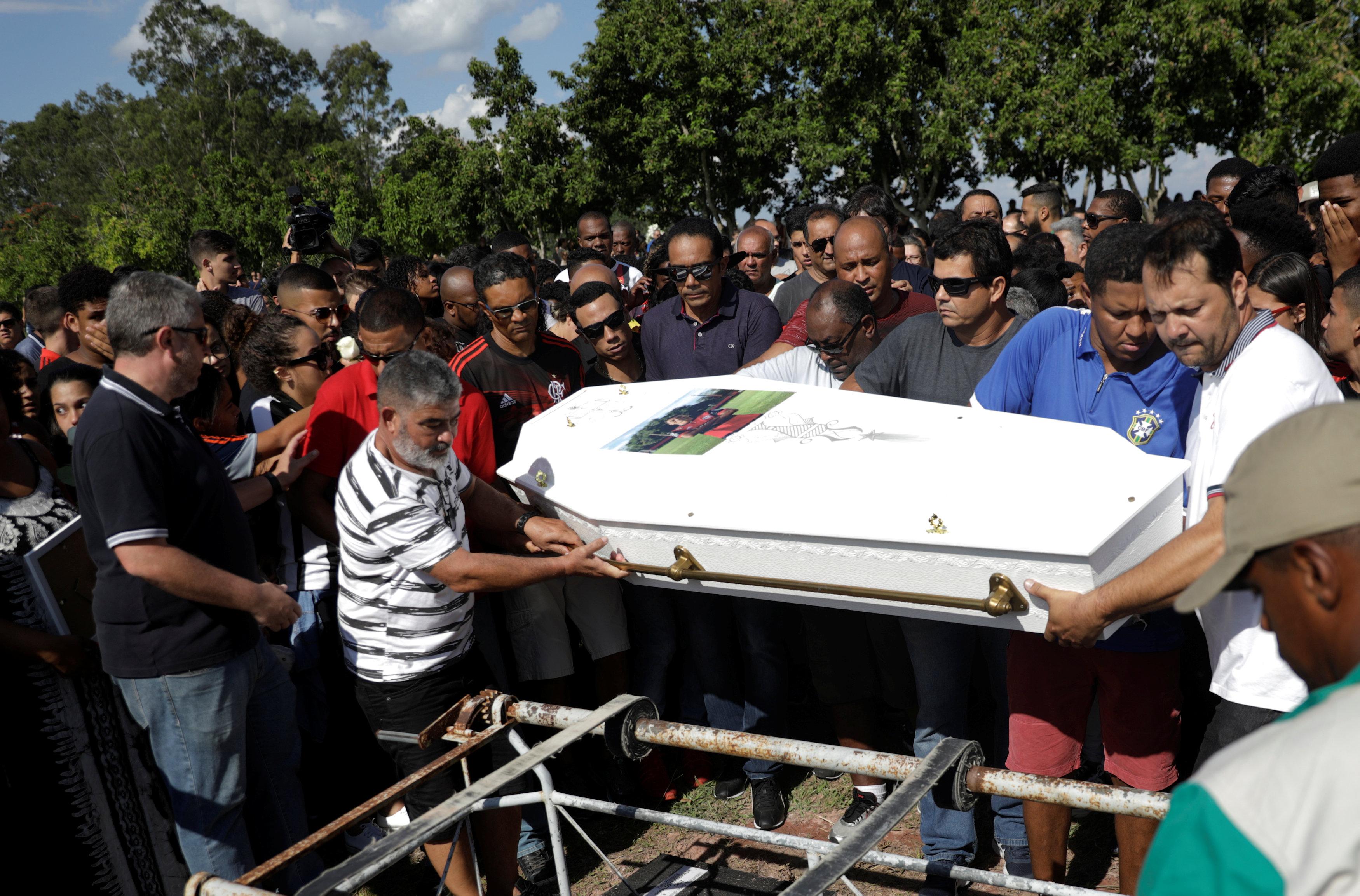 تشييع جثامين قتلى حريق مركز تدريب نادى فلامنجو البرازيلى (9)